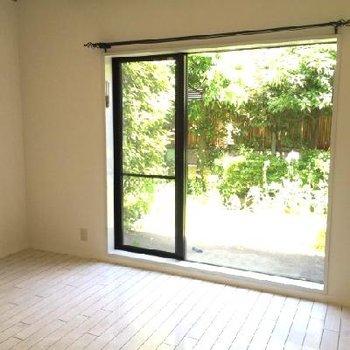 大きな窓と、緑。広いお庭は自分の好みにアレンジ☆