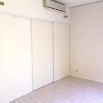 扉を閉めると生活感なし。真っ白になります。
