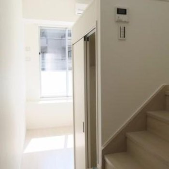右の階段をのぼるとキッチン※写真は別部屋です