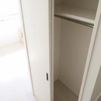 キッチンの階段横はクローゼット※写真は別部屋です