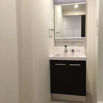 洗面台もスタイリッシュ!※写真は別部屋です