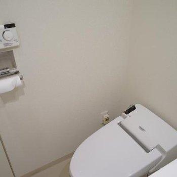 トイレはタンクレスでシュっと!