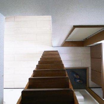 収納式の頑丈な階段。ちょっと重いかな。