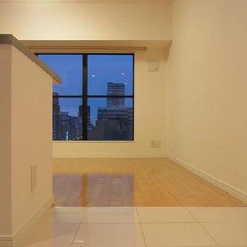 キッチン床はタイル仕様になっています※画像は別室です