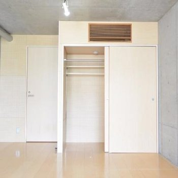 洋室、左の扉はお風呂です。