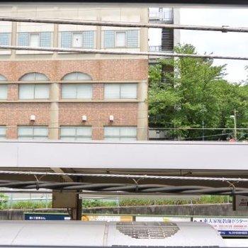 画面下の鉄の屋根は電車です。