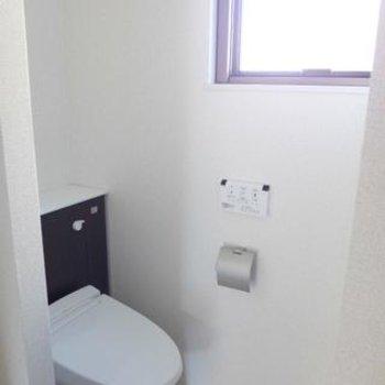 トイレはウォシュレット付き。窓があって明るい!※写真は別部屋