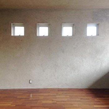 4つの小さな窓が行儀よく並んでいます。※写真は102号室