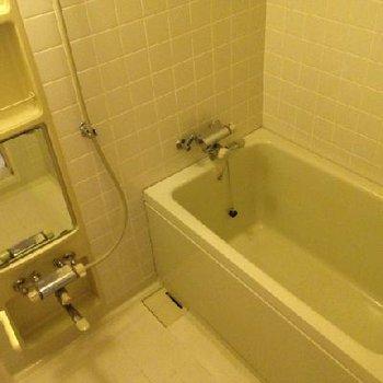 広めのお風呂。追い焚きは付いていません。※写真は102号室