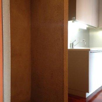 キッチンに洗濯機を置く形になります。※写真は102号室