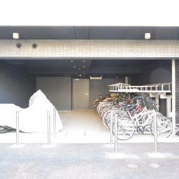 バイク置き場と駐輪場。利用のさいはご相談ください。