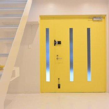 黄色い扉が素敵