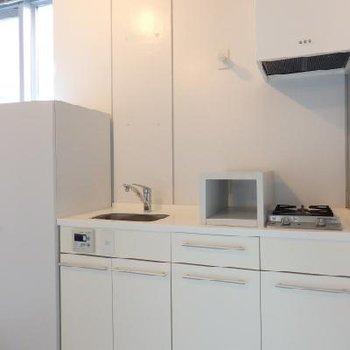 コンパクトながらスタイリッシュなキッチン※写真は別部屋の前回募集時の写真です