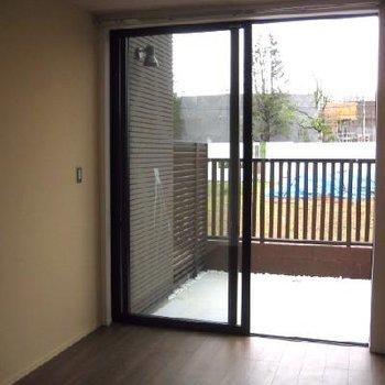 1階の寝室です。外の柵が安心感です。
