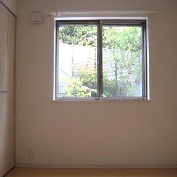 寝室です。外からの緑が・・・