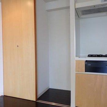 キッチン横は洗濯機が。(写真は別室です)