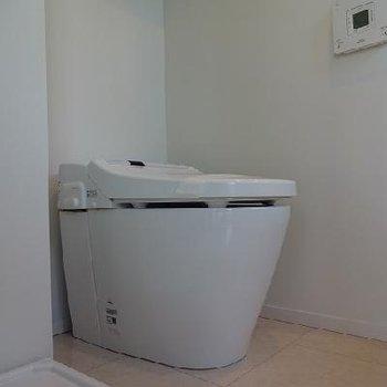 トイレも新しさを感じます。※写真は別部屋です