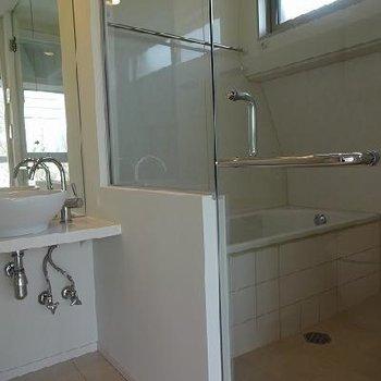 ガラス張りのお風呂!※写真は別部屋です