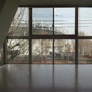窓は壁一面!かなり大きい!※写真は別部屋です
