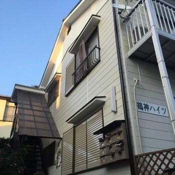 木造2階建てのアパートです。