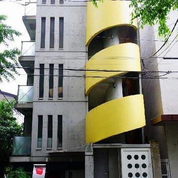 黄色い螺旋がお洒落な外観!