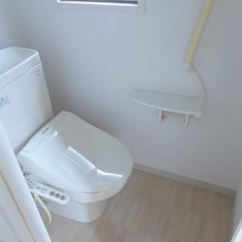 トイレにウォシュレット。窓もあって明るい!※写真は別部屋