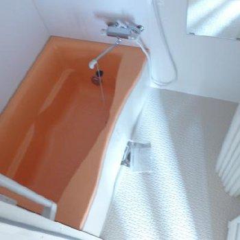 お風呂はオレンジ。暖色系でハッピー♪※写真は別部屋