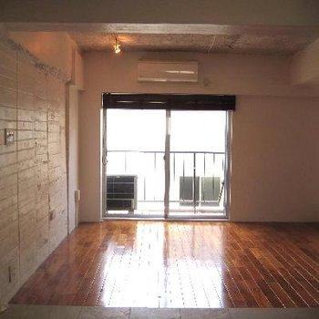 6帖のお部屋からの眺め。床の色・艶感が◎