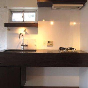キッチンはウッドを使用。さりげない小窓の下の棚が好み♪