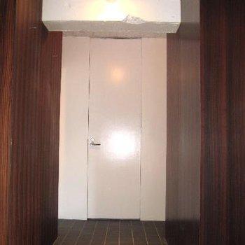 玄関から6帖のお部屋につながる部分。スペースが贅沢。