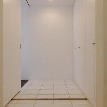 玄関は白のタイルでシャキッと。