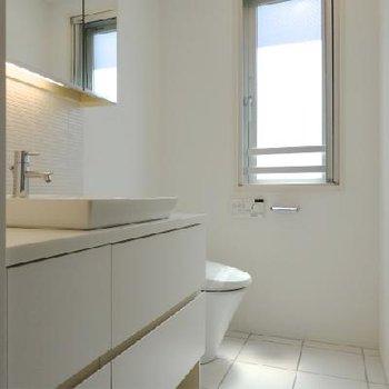 トイレ洗面台は同じスペースに。