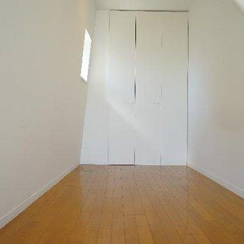 階段登って5帖の寝室です