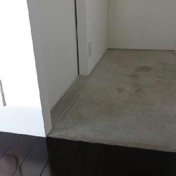 モルタルの玄関※写真は別室です