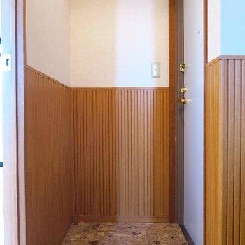 玄関は横に靴箱もあります。