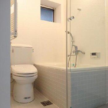 ガラス張りの浴室・トイレはなかなか大胆よね ※写真は別部屋です