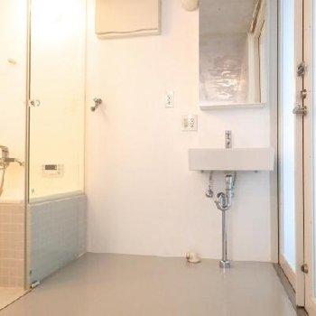 玄関前に洗面台 ※写真は別部屋です