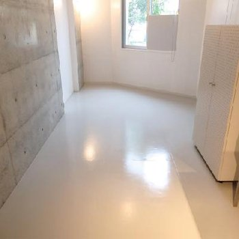 白タイルの床 ※写真は別部屋です