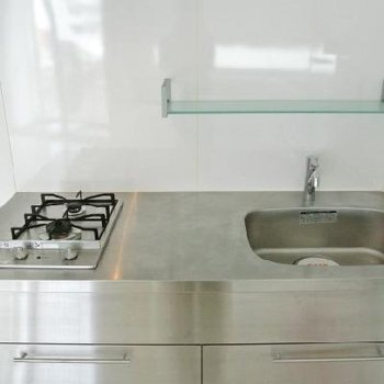 メタリックなキッチン ※写真は501号室