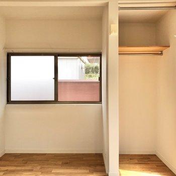 奥まったところには小窓とオープンな収納。