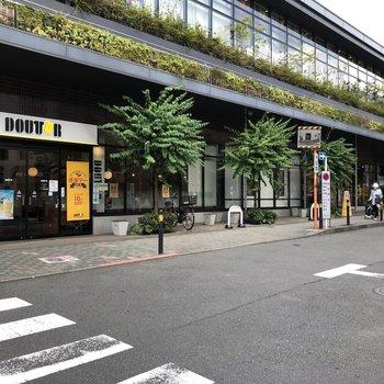 多摩川学園前駅の高架下にはパン屋さんやコーヒー屋さん。