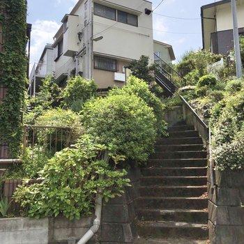高台の上にあるアパートです。