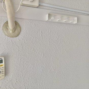 エアコン横に時計や絵画も飾れるフックを発見。