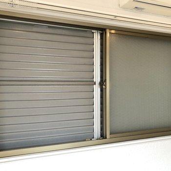 窓には雨戸も備わっています。
