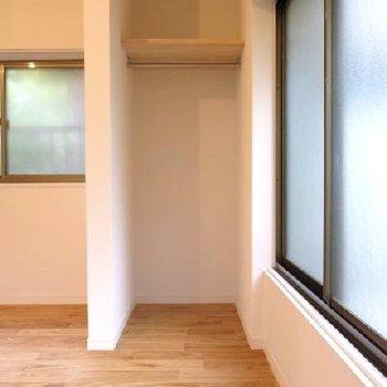 こちらもオープンクローゼット!収納上のパイプにカーテンをつけることができます★