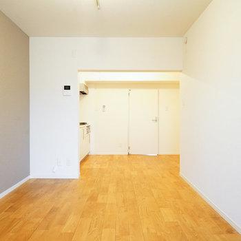 大きなリビング、家具の配置も悩みそうなほど※写真は前回募集時のものです。