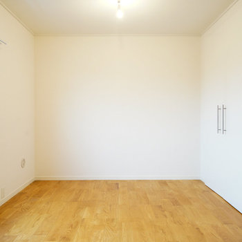 玄関右手の寝室もしっかり明るさ◎※写真は前回募集時のものです。