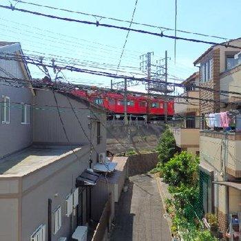 目の前に栄生駅のホーム