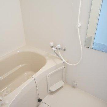 お風呂は白いです。