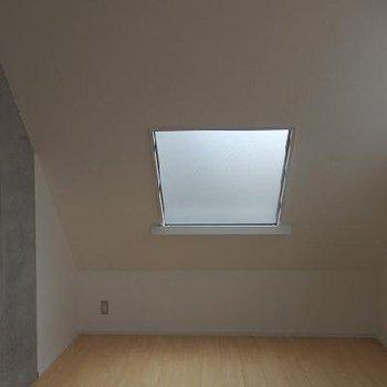 こちらには四角い天窓。曇りガラス。※写真は3階